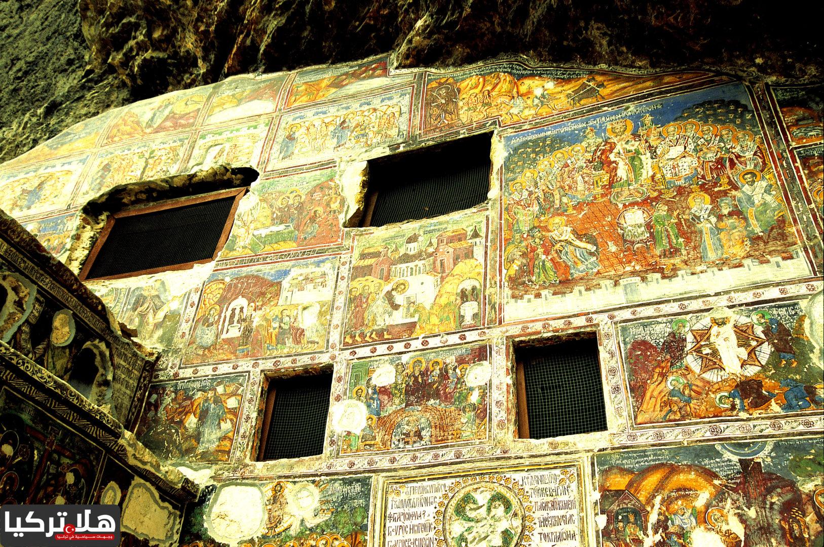 الرسومات داخل الدير